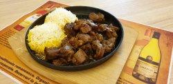 Pastramă de oaie de pleșcoi la ceaun/pe jar cu mămăligă, brânză și mujdei image