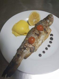 Păstăv grill cu sos image