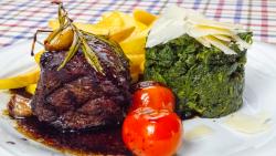 Filetto in aceto con spinacio e pomodori image