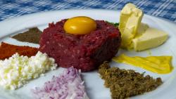 Biftec tartar- preparat la masă image