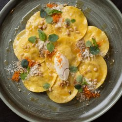 Cappellacci con camembert e pere in salsa di burro e noci image