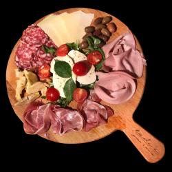 Selecție de brânzeturi, salamuri și legume italienești image