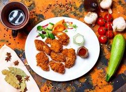 Aripioare de pui crocante cu sos de usturoi și sos dulce-acrișor image