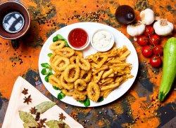 Inele de calamari pane cu cartofi prăjiți image
