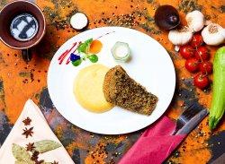 Crap prăjit cu mămăliguță și mujdei usturoi image