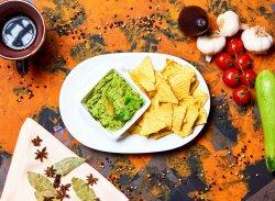 Guacamole cu tortilla chips image