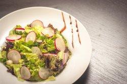 Salată verde cu ridichi image
