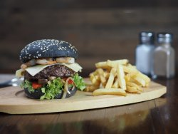 Burger surf & turf cu cartofi prăjiți image