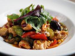 Wok pui cu legume și orez image
