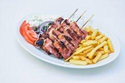 Souvlalki pui și bacon la farfurie image