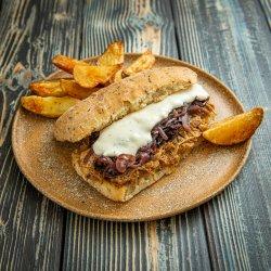 Pulled Pork Sandwich cu ceapă caramelizată și sos gorgonzola image