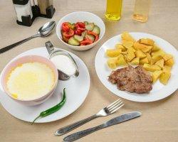 Meniu- Ciorbă de burtă, ceafă de porc, cartofi prăjiți, salată de murături și pâine image