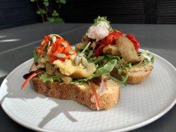 Tartină cu hummus și legume coapte image