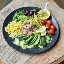 Salată cu ton și dressing de martini image