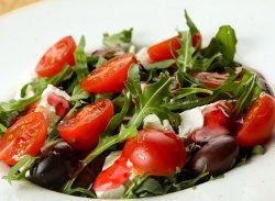 Salată de Rucola cu Feta, roșii și puțină Zmeură  image