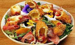 Salată Normandie cu Brânză Camembert, Zmeură și Alune image