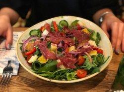 Salată Unicată cu Piept de Rață Fumé image