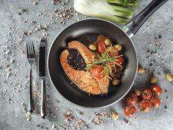 Salmone in padella con olive, pomodorini freschi, finocchio, aglio e salsa di vino bianco image