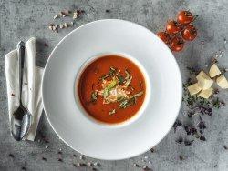 Zuppa crema di pomodori freschi con formaggio feta image
