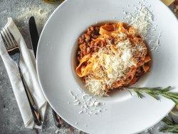 Tagliatelle a ragu di manzo fatto in casa dopo una ricetta dell nord ITALIA image