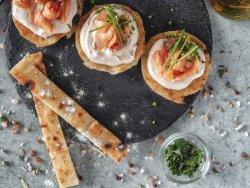 Fette di focaccia con salsa rosa,salmone affumicato e cipolla chives image