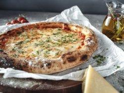 Pizza ai 5 formaggi con mozzarella,scamorza,pecorino,grana,gorgonzola, coriandolo e chives mare image