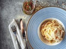 Spaghetti a carbonara con pancetta di tacchino, uova e parmegiano image
