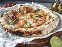Pizza con salmone e asparagi con salsa di pana, chives e coriandolo mică image