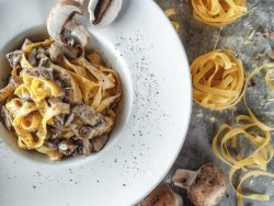 Tagliatelle con funghi, panna e con salsa di tartufo image