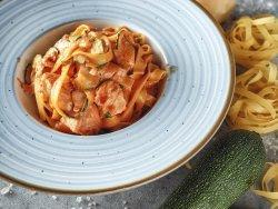 Spaghetti con salsa rosa, salmone affumicato e zucchine fresche image