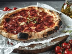 Pizza Picante con mozzarella, salsa pomodoro, salame e peperoncino mare image