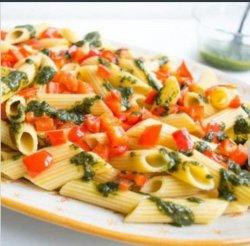 Salată cu penne, pui și pesto image