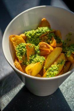 Cartofi Wedges AromațI cu Usturoi image