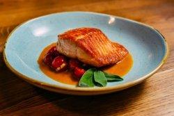 File de somon cu roșii cherry și busuioc proaspăt image