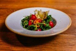 Salată de rucola cu roșii cherry și parmezan image