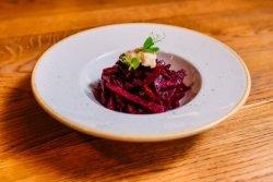 Salată de sfeclă roșie coaptă în casă cu hrean image