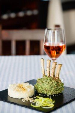 Cotlet de berbecuț în crustă de ierburi și cu legume provençale image