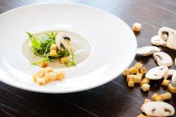 Supă cremă de ciuperci cu sos pesto image