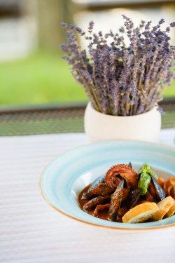 Tentacule de caracatiță cu sos pescăresc și crutoane aromatizate image