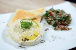 Hummus servit cu salată tabbouleh și pâine prăjită image