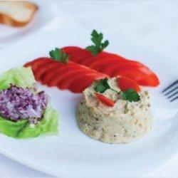 Salată de vinete cu maioneză, ceapă și roșii image
