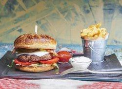 Cheeseburger vita cu cartofi prajiți image