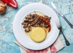 Pastramă de berbecuț cu mămăligă image